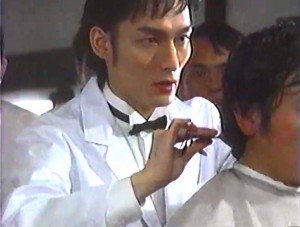 13番目に来た客の髪を散髪する謙一郎