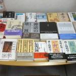 本棚にある書籍をテーブルに並べた